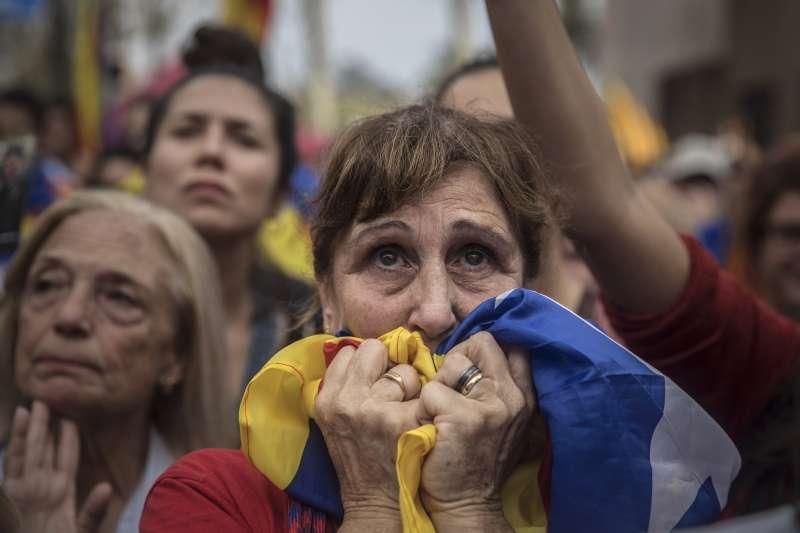 加泰隆尼亞自治政府議會27日宣布獨立,民眾憂喜參半。(美聯社)