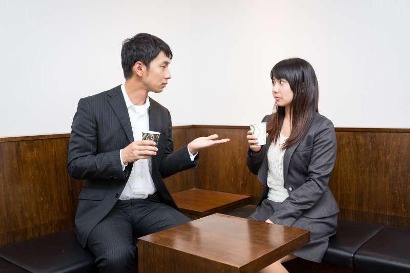 開口就聊他人隱私,一來是交淺言深,容易給對方壓力;二來是怕人覺得你別有企圖。(圖/すしぱく@pakutaso)