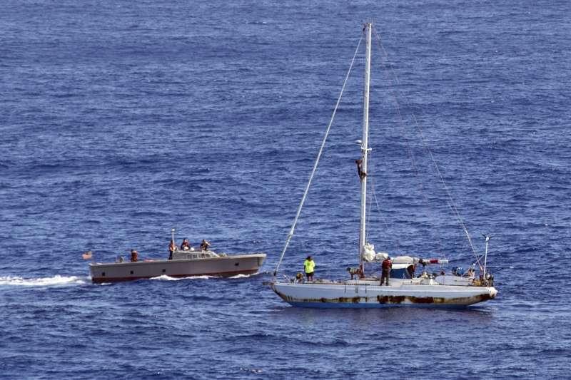 美軍兩棲登陸艦「阿胥蘭號」(USS Ashland)派出小艇接近漂流船隻。(美聯社)