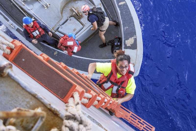 獲救的美國女子芙伊爾巴登上美軍船艦,喜不自勝。(美聯社)