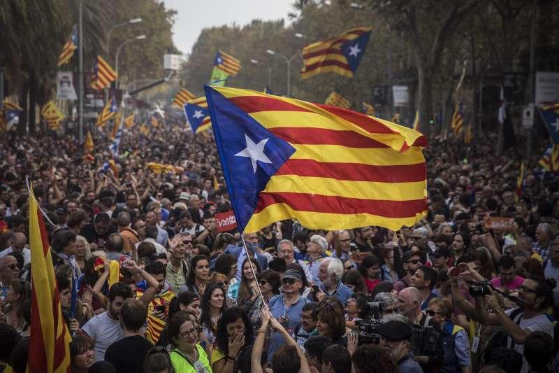 加泰隆尼亞議會27日宣布獨立,民眾上街歡欣鼓舞。(美聯社)