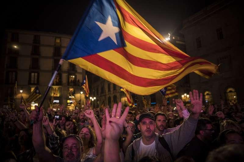 加泰隆尼亞議會27日通過獨立,民眾上街歡欣鼓舞。(美聯社)