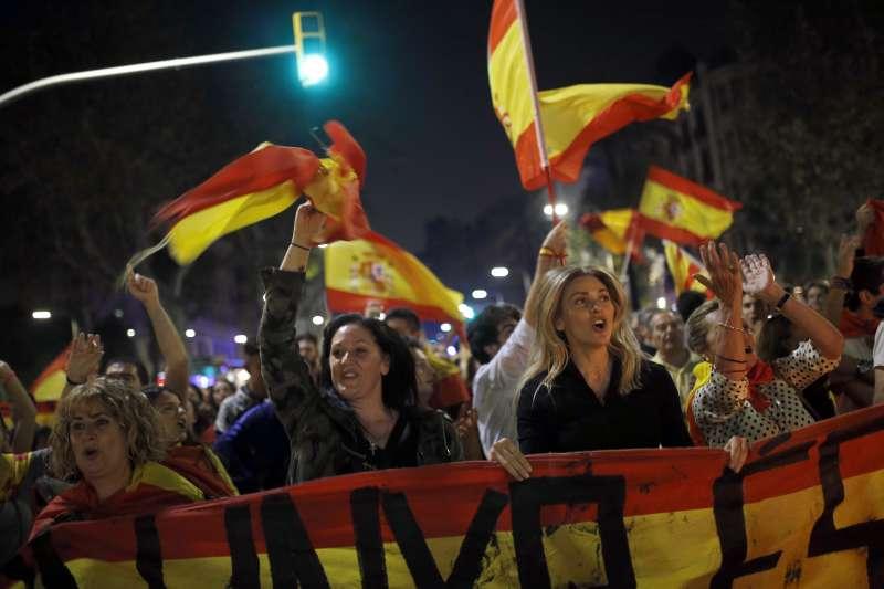 反加泰隆尼亞獨立民眾在街上高舉西班牙國旗。(美聯社)
