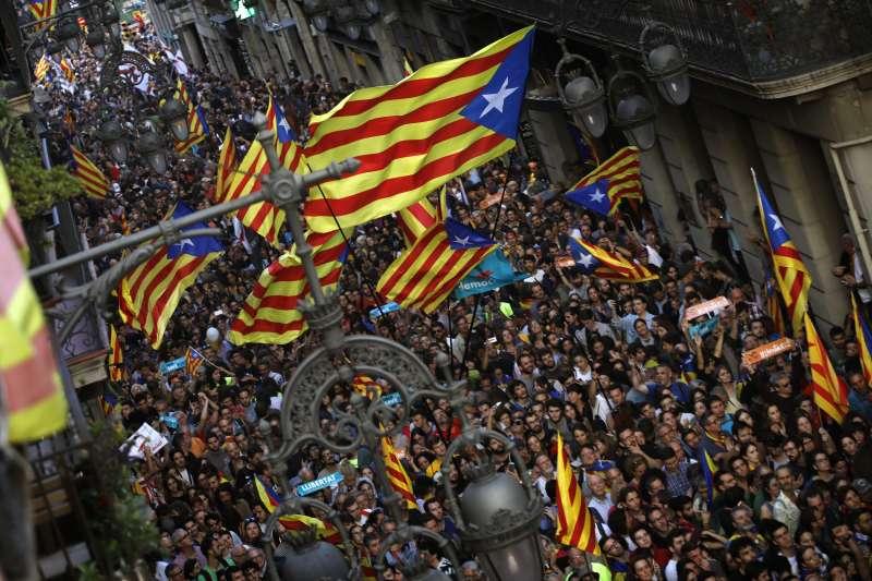 加泰隆尼亞自治區議會27日下午宣佈獨立後,支持獨立的大批民眾走上街頭慶賀(AP)