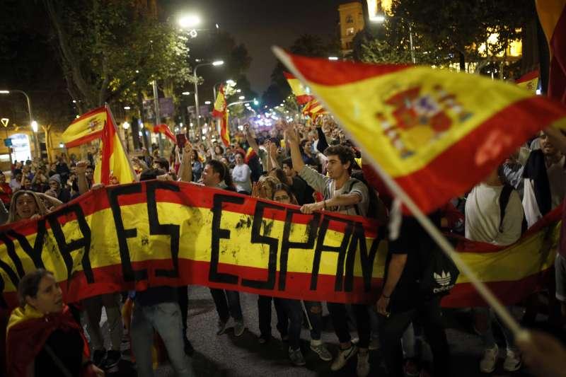 加泰隆尼亞自治區議會27日下午宣佈獨立後,反對獨立的大批民眾走上街頭抗議(AP)