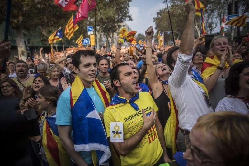 加泰隆尼亞自治區議會27日下午宣佈獨立後,支持獨立的民眾歡天喜地(AP)