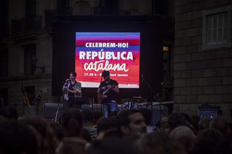 加泰隆尼亞自治區議會27日下午宣佈獨立後,當天晚上挺獨陣營舉辦演唱會慶祝,背後螢幕寫著:「慶祝吧,加泰隆尼亞共和國」(AP)