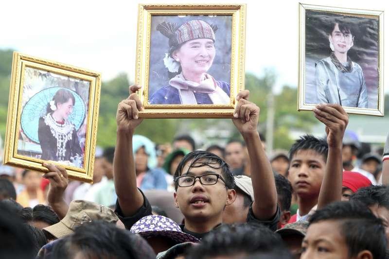 羅興亞人屠殺危機:翁山蘇姬的支持者高舉她的照片(AP)