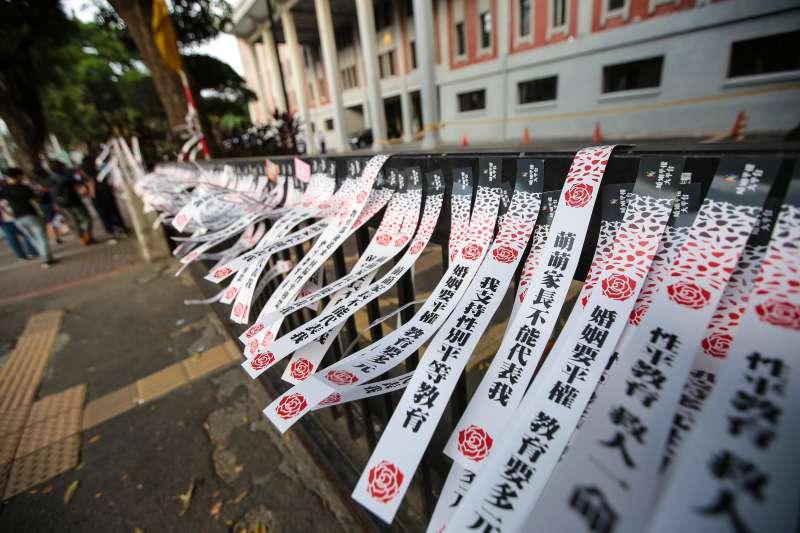20171028-2017台灣同志遊行,北路線經過教育部時將訴求婚姻平權、及支持性平教育的紙條貼於教育部門口。(顏麟宇攝)