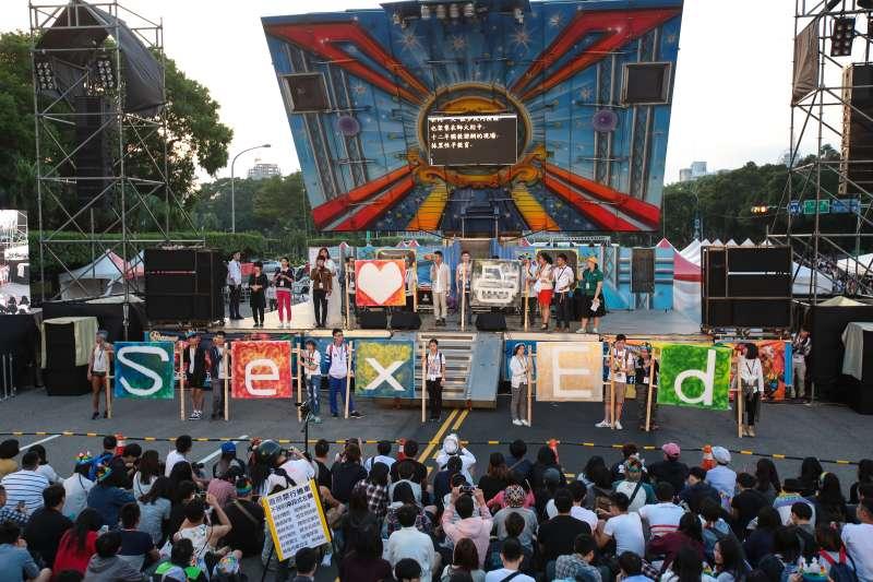 20171028-2017台灣同志遊行,以標語倡導性平教育重要。(顏麟宇攝)