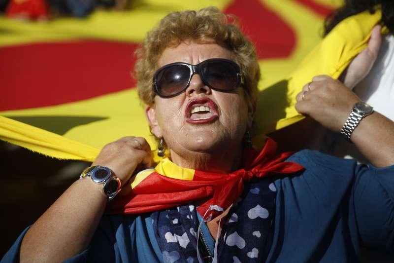 加泰隆尼亞獨立風暴持續延燒,大批民眾10月29日走上街頭,反對脫離西班牙(AP)