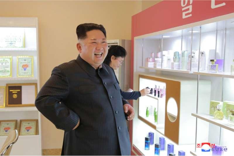 金正恩視察化妝品工廠。(勞動新聞)