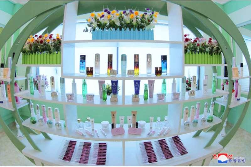金正恩視察化妝品工廠,圖為廠內陳列的北韓化妝品。(勞動新聞)
