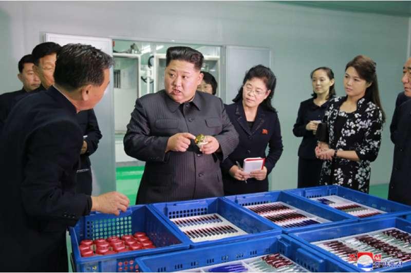 金正恩視察化妝品工廠,夫人李雪主也在一旁陪伴。(勞動新聞)