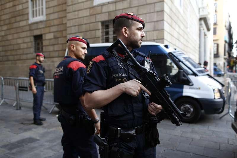 10月30日,加泰隆尼亞警察在自治區政府的入口守衛(AP)