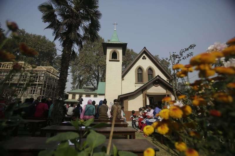 印控喀什米爾的基督教教堂啟用新鐘,印度教徒、穆斯林和錫克教徒共襄盛舉。(美聯社)