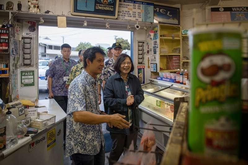 2017-10-30-總統蔡英文率訪團過境美國夏威夷,造訪當地冰店。(總統府提供)