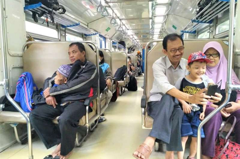 近日印尼瘋傳一張感人相片,攝影師解釋了當日的情境。(圖/Restoris A. Fatiha@facebook)