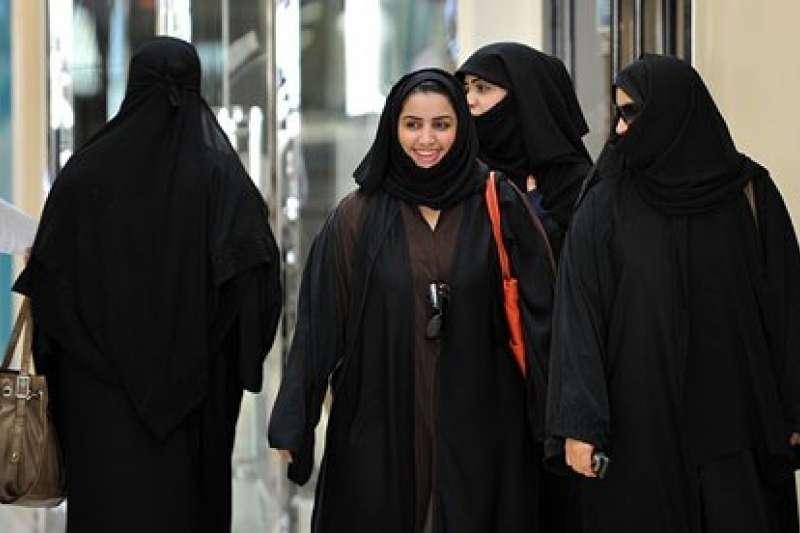沙烏地阿拉伯仍存在古老的監護人制度(Guardianship),女性在公眾場合必須身著黑袍(abaya)及頭紗。(圖/Tribes of the World@flickr)