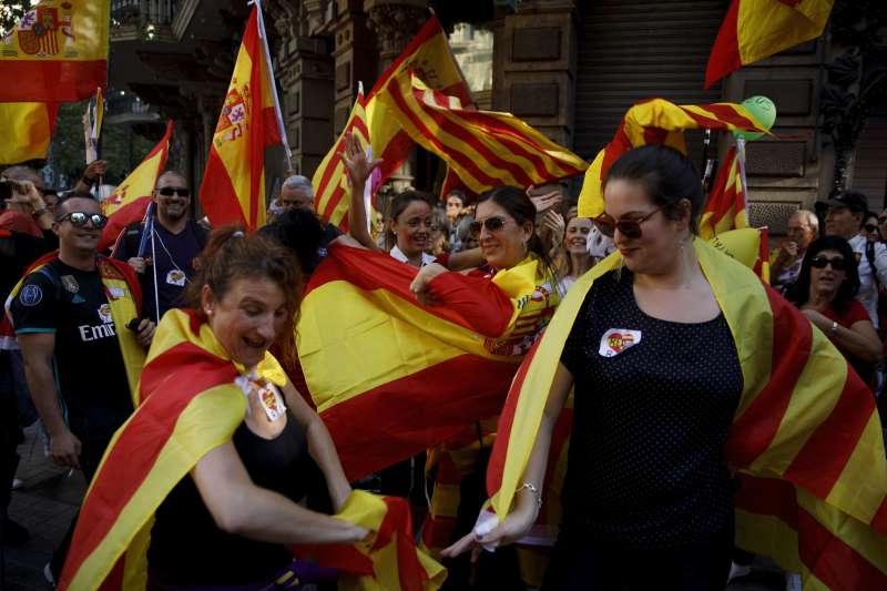 反對獨立的加泰隆尼亞民眾,29日組織萬人大遊行。(美聯社)