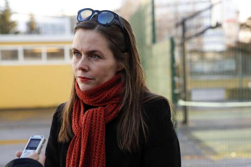 冰島10月28日國會大選,左翼反對黨領袖雅各多蒂爾(Katrín Jakobsdóttir)投票後受訪。(美聯社)