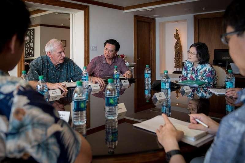 總統蔡英文10月28日率訪團過境美國夏威夷,與「美國在臺協會」(AIT)主席莫健(James Moriarty)(左)會談。(資料照,總統府提供)