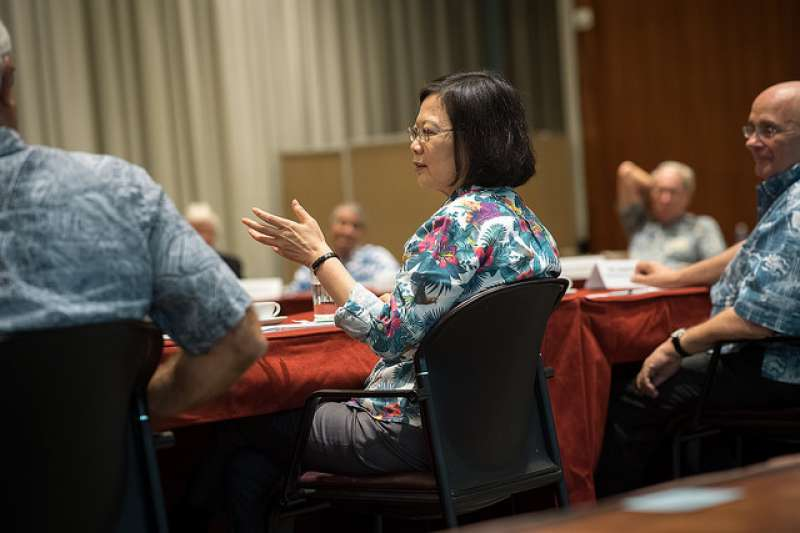 蔡英文總統10月28日與美國智庫「東西中心」(East West Center)及「戰略暨國際研究中心」(CSIS)太平洋論壇學者座談。(總統府提供)