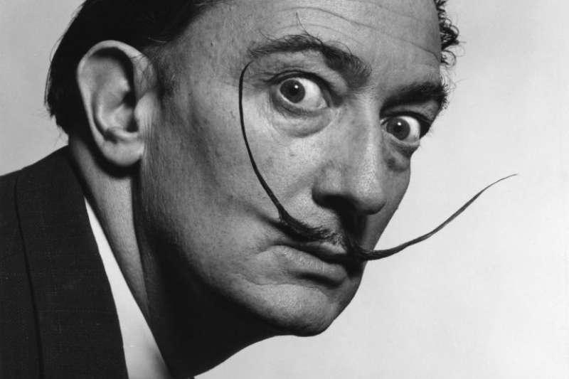 著名超現實主義畫家達利以作品探索潛意識出名,擅於捕捉人心深處的瘋狂,他自身的個性也十分怪異。(圖/言人文化提供)