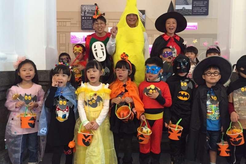 新竹市近600位精心打扮的幼兒園小朋友31日一早湧進新竹市政府討糖吃,個個模樣討喜可愛。(圖/新竹市政府提供)