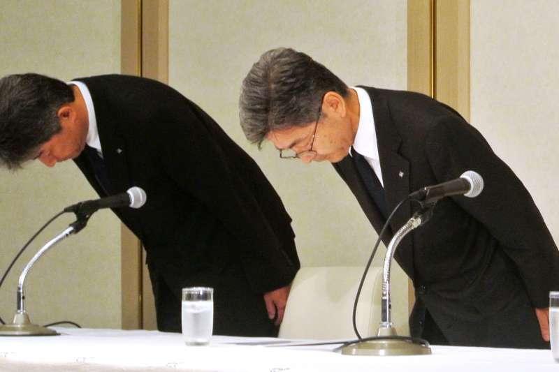 圖為日本神戶製鋼所承認篡改部分零部件的品管數據,該公司副社長梅原尚人(右)鞠躬道歉(AP)