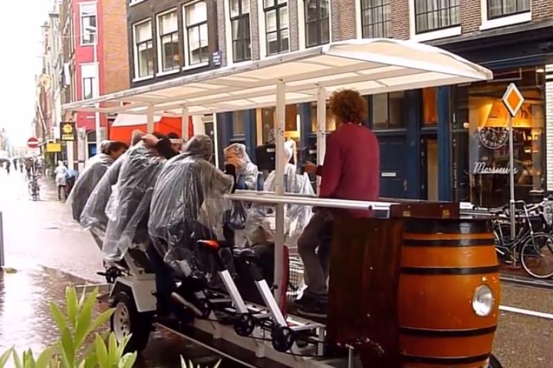 荷蘭阿姆斯特丹的許多觀光客喜歡搭乘啤酒自行車,一邊暢飲啤酒,一邊欣賞運河風光,不過阿姆斯特丹地方法院10月底裁決,禁止啤酒腳踏車上路(截自YouTube)