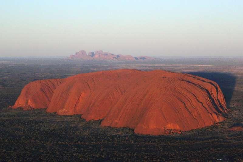 位於澳洲中部的烏魯魯巨岩一直都是熱門觀光景點之一,少數遊客會攀上巨岩,此舉與當地原住民阿南古族的信念相悖。(Wikipedia / Public Domain)
