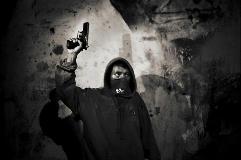 拉丁美洲許多社區殺手遍地,暴力事件頻傳,但他們之所以會舉起槍管殺人,或許不完全是他們的錯,是腐敗社會讓他們別無選擇。(圖/言人文化提供)