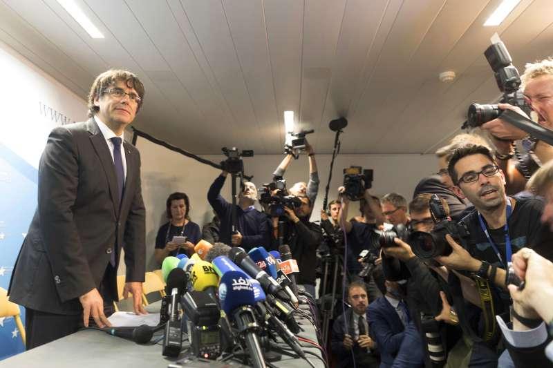 遭到罷黜的加泰隆尼亞自治區主席普吉德蒙在比利時布魯塞爾舉行記者會。(美聯社)