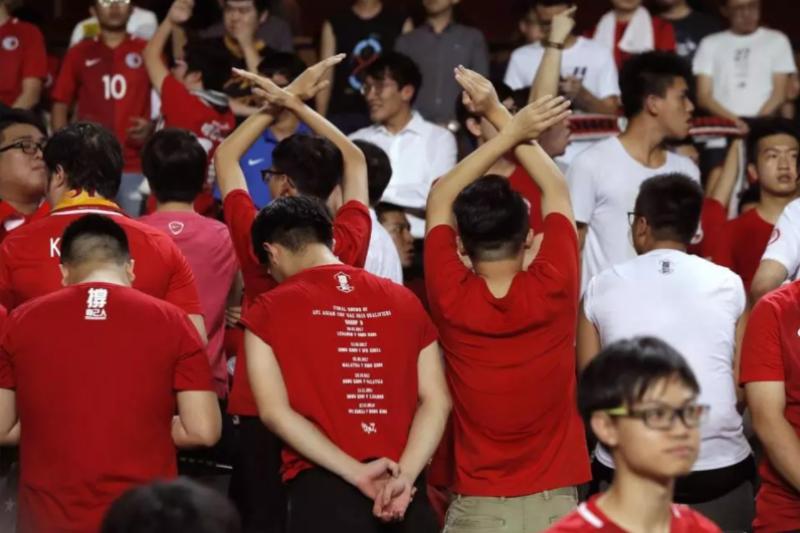 10月初香港舉行足球亞洲盃外圍賽,播出中國國歌時有球迷背對、發出噓聲並高舉港獨旗幟。(美聯社)