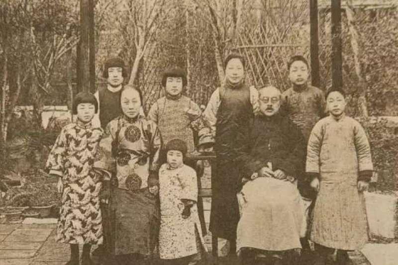 大學時期的楊絳(後排左二)身材嬌小,一張孩兒面,皮膚白裡透紅,在同學間有「洋囡囡」之稱。圖為楊絳全家福,攝於1927年。(取自維基百科)