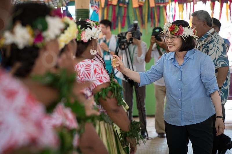 總統蔡英文在出訪南太平洋友邦時表示,希望行政院可以考量雙方意見,用最和平的方式處理。(資料照,總統府提供)