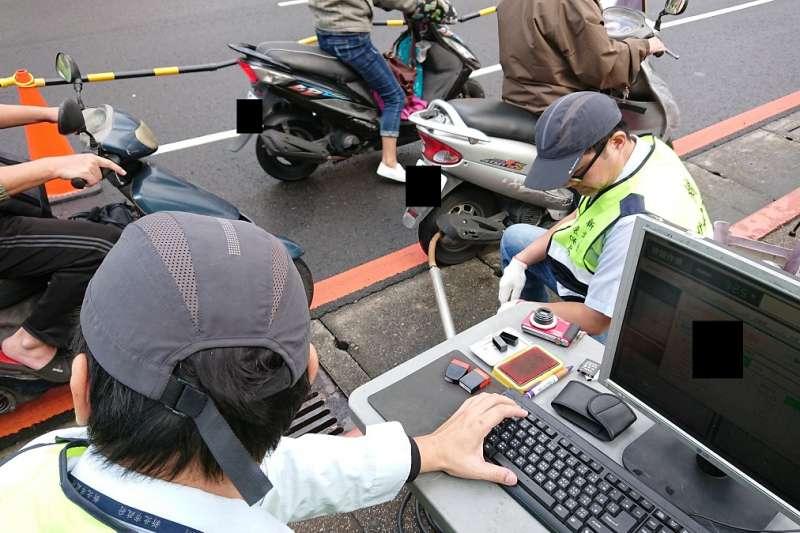 新北市環保局1日上午在縣民大道欄查進行排氣檢驗。(圖/新北市環保局提供)