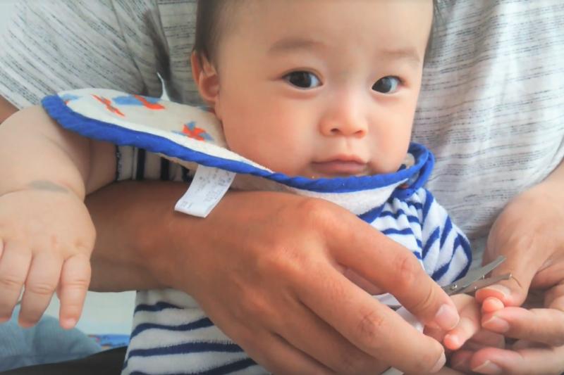 嬰兒的皮膚細緻、脆弱,家長務必遵守這個皮膚保護原則。(示意圖,非當事人/取自youtube)