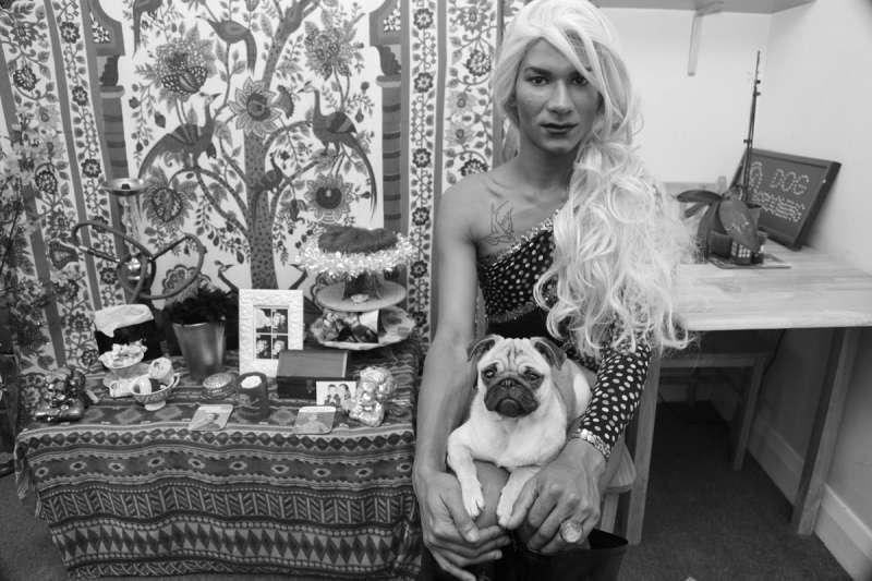 倫敦著名攝影師 Poem Baker 透過鏡頭紀錄藝術家表達性別的方式,無論他們是如何認同自己的身體都該受到尊重(圖/言人文化提供)