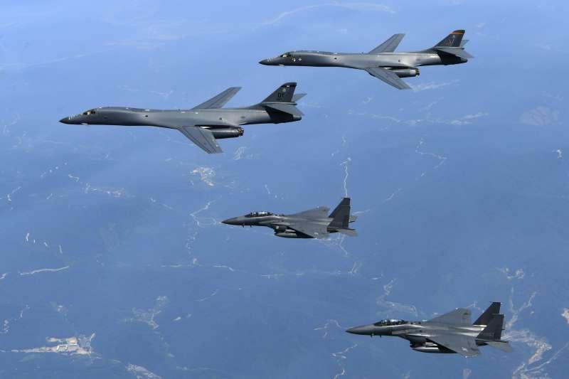 2017年6月20日,美軍出動2架B-1B「槍騎兵」戰略轟炸機飛臨朝鮮半島上空,南韓空軍F-15K戰機參與演練(AP)