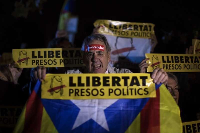 2日晚間,數千名加泰隆尼亞人齊聚在地方議會前,憤怒要求西班牙當局釋放遭到羈押的8名前部長(AP)