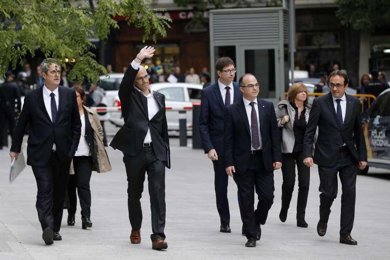 加泰隆尼亞9名前部長2日現身馬德里的高等法院接受訊問,由左至右分別是佛恩、巴薩、洛梅瓦、孟多、圖魯、博拉斯、魯爾(AP)