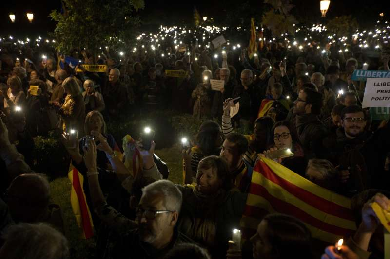 數千名加泰隆尼亞民眾2日晚間聚集在地方議會前,要求馬德里當局釋放遭到羈押的8位前部長(AP)