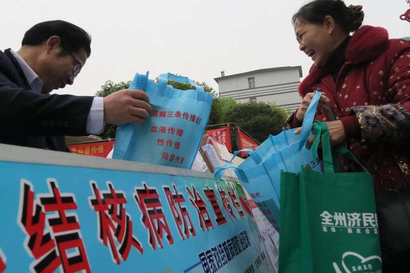 2015年3月24日,中國廣西桂林市全州縣一家醫院的醫護人員在街頭向市民發放結核病防治知識資料。(新華社)