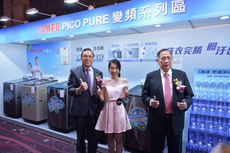 聲寶2018新產品發表會現場照片-聲寶陳盛沺董事長(右一)與陳世昌總經理(左一)與聲寶之星共同展示商品(圖/聲寶提供)