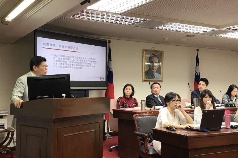 立法院社會福利及衛生環境委員會2日在立院舉行《空氣污染防制法》修正草案公聽會,台大公衛學院院長詹長權出席。