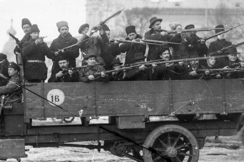 今年適逢俄羅斯「十月革命」一百周年紀念日,大量珍貴黑白照釋出,讓世人得以窺見當時的革命氛圍,這是布爾什維克(Bolshevik)赤衛隊手拿武器巡邏街道。(AP)