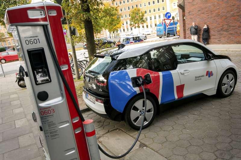 寶馬等多家德國汽車業鉅子3日與美國福特共同宣布,已合組一家名為「IONITY」的合資公司,推動在全歐洲內建立電動汽車的快速充電網。(AP)