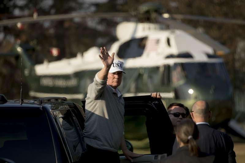 美國總統川普5日與日本首相安倍晉三一起打高爾夫球,日本高爾夫球好手松山英樹也參一腳。(美聯社)